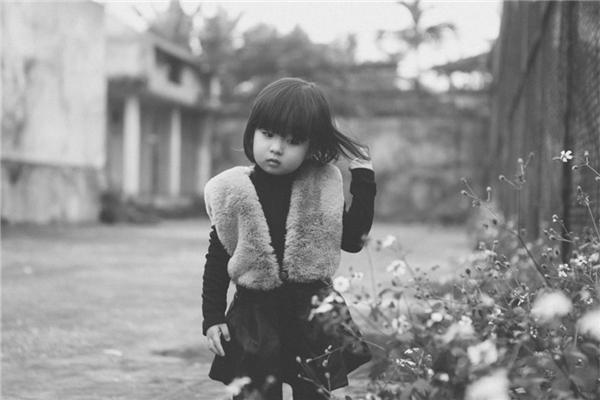 Nhân dịp sinh nhật tròn 2 tuổi, Mai Chi được mẹ dẫn đi chụp hình. Đây là lần đầu tiên bé diễn xuất một mình trước ống kính máy chụp ảnh.