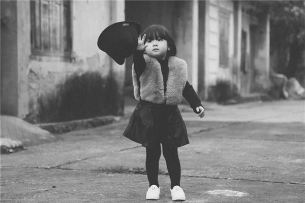 Điều đặc biệt là tất cả các khoảnh khắc được chụp lại đều rất tự nhiên, do bé tự nghĩ và diễn chứ không hề thông qua sự hướng dẫn của người lớn.