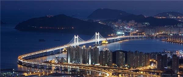 Busan, Hàn Quốc:Thành phố lớn thứ 2 Hàn Quốc có tất cả những gì bạn cần, từ bãi biển cát trắng, những cửa hàng thời trang hợp mốt, spa truyền thống tới các quán ăn địa phương hấp dẫn. Đừng quên thử đồ nướng kiểu Busan và món sashimi tươi rói ở chợ cá Jagalchi. Ảnh:Wallpaperscraft.