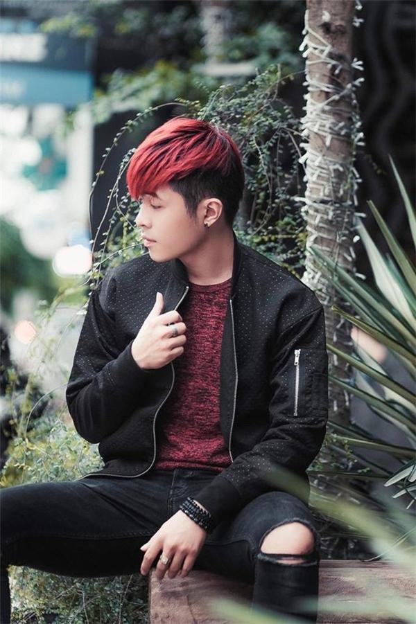 Cả cây đen phối hợp giữa áo khoác thể thao, quần jeans rách của Gin Tuấn Kiệt được tạo điểm nhấn bằng chiếc áo phông có tông đỏ nổi bật.