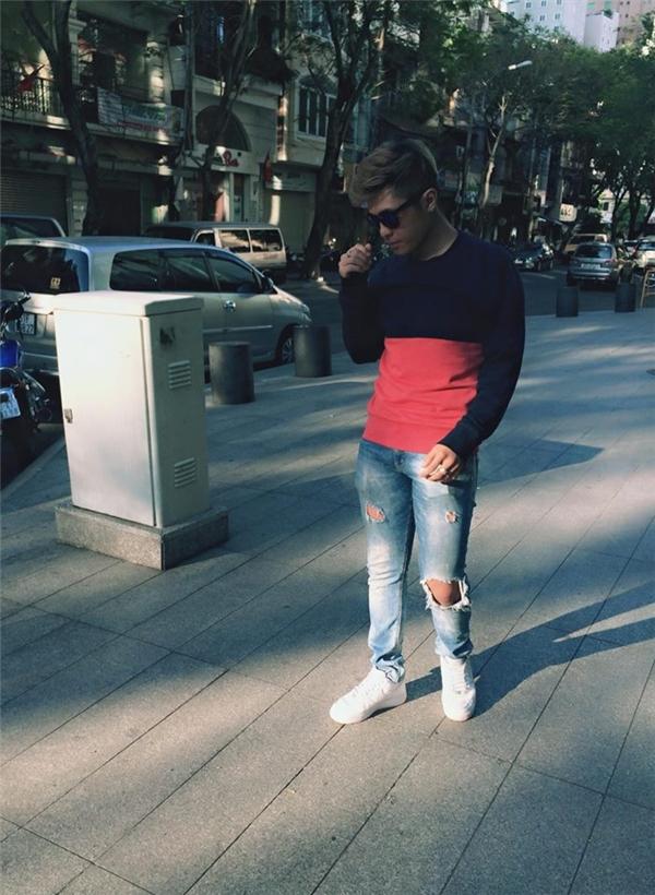 """Công thức phối áo phông tay dài cùng quần jeans của Gin Tuấn Kiệt chắc chắn sẽ được nhiều chàng trai ưa chuộng bởi sự đơn giản và """"nguyên liệu"""" dễ tìm."""
