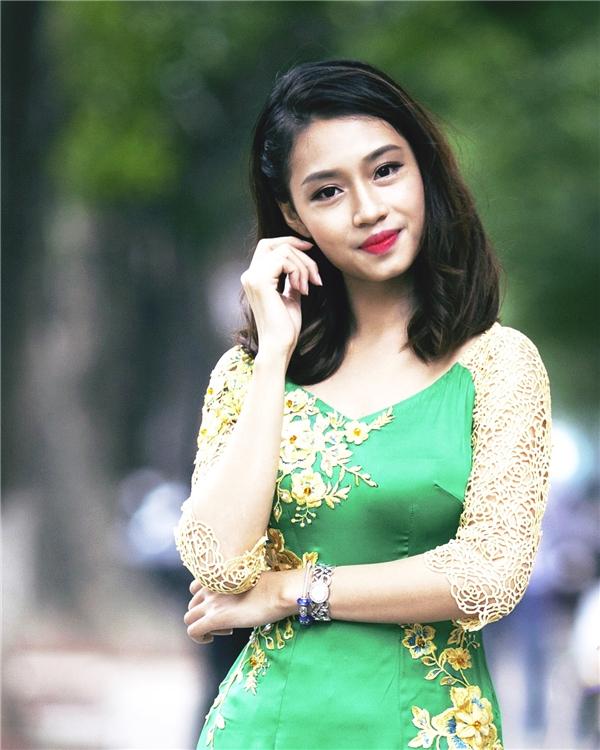 Ngọc Anhxinh đẹp trong tà áo dài duyên dáng. (Ảnh: Internet)