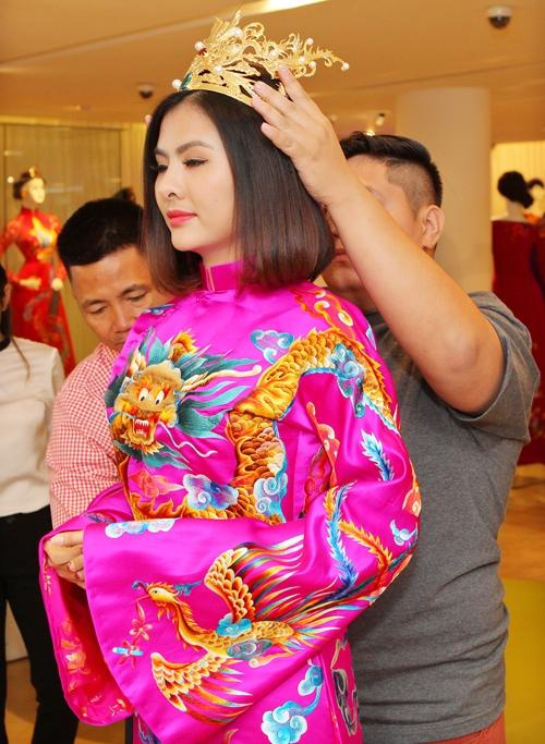 Vân Trang sẽ mặc áo cưới với họa tiết rồng, phượng được thuê tay vô cùng tỉ mỉ và tinh xảo. Bên cạnh đó, nữ diễn viên còn đội vương miện cho giống phong cách vua chúa ngày xưa. - Tin sao Viet - Tin tuc sao Viet - Scandal sao Viet - Tin tuc cua Sao - Tin cua Sao