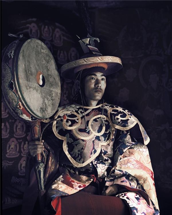 Các thầy lang vẫn sử dụng y học cổ truyền Tây Tạng, có gốc rễ từ cách đây hơn 2.000 năm. Họ tin rằng cơ thể con người là một thế giới vi mô của vũ trụ, được cấu thành từ 5 nguyên tố cơ bản: đất, lửa, nước, không khí và vũ trụ. Sự xung đột giữa các yếu tố này là nguyên nhân chính gây nên bệnh tật.