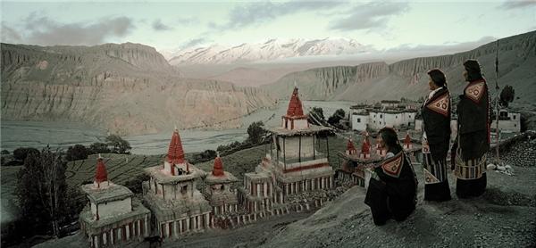 Người Mustang theo Phật giáo Tây Tạng. Họ rất sùng đạo. Các lễ cầu nguyện và lễ hội như Tiji là một phần không thể thiếu trong cuộc sống của bộ tộc. Ở đây, gần như mỗi ngôi làng đều có một tu viện.