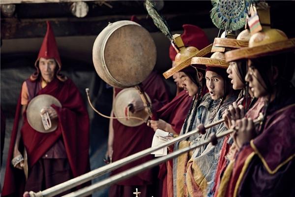 Người dân từ khắp vùng Mustang sẽ mặc quần áo đẹp nhất về Lo Manthang dự hội. Vào mùa hè, nơi đây tổ chức lễ hội ngựa Yarlung với các cuộc đua, vũ điệu, rượu ngon và nhiều hoạt động hấp dẫn.
