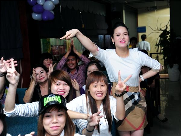Biểu cảm nhắng nhít của Nhật Kim Anh tại buổi họp fan. - Tin sao Viet - Tin tuc sao Viet - Scandal sao Viet - Tin tuc cua Sao - Tin cua Sao