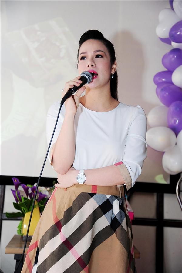 Tại buổi gặp mặt, nữ ca sĩ đã trình bày hàng loạt ca khúc quen thuộc gắn với tên tuổi cô như: Thà người đừng hứa, Vọng kim lang, Cha chồng nàng dâu… - Tin sao Viet - Tin tuc sao Viet - Scandal sao Viet - Tin tuc cua Sao - Tin cua Sao