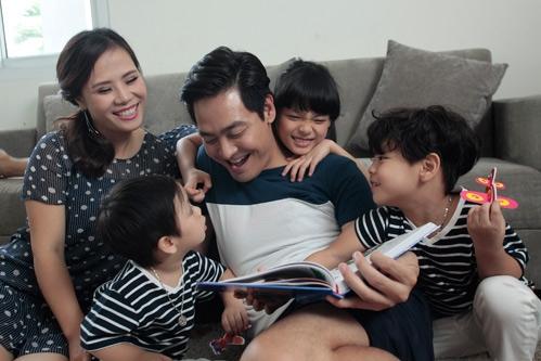 Bên cạnh sự nghiệp đỉnh cao, Phan Anh còn khiến nhiều người ghen tị bởi mái ấm hạnh phúc cùng vợ xinh và ba thiên thần nhỏ ngoan hiền, đáng yêu. - Tin sao Viet - Tin tuc sao Viet - Scandal sao Viet - Tin tuc cua Sao - Tin cua Sao