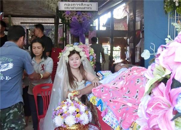 Rớt nước mắt hình ảnh cô gái mặc áo cưới trong đám tang người yêu