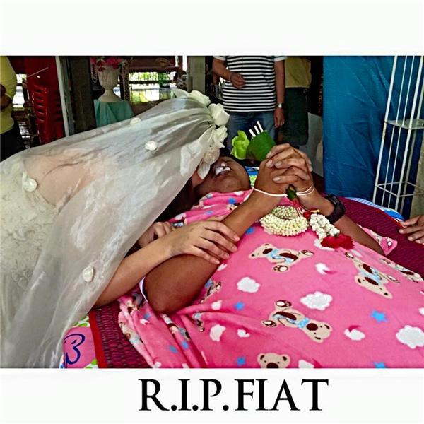Hình ảnhcô gái mặc áo cưới trong đám tang người yêu đã lấy đinhiều nước mắt của những người chứng kiến cũng như cư dân mạng. (Ảnh: FBNV)