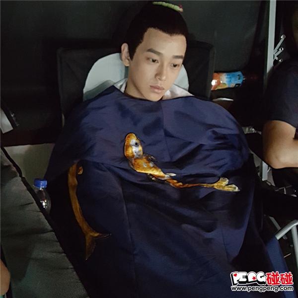 Áo của thái tử Tề Thịnh cũng đượctận dụng tối đa, bao gồm làm chăn đắp cho diễn viên khác