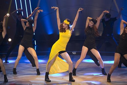 """. """"Nữ hoàng giải trí"""" Hồ Ngọc Hà hứa hẹn sẽ khiến cả sân khấu bùng nổ với bản """"hit"""" mới nhất mang tên Destiny. Đây là một bài hát có giai điệu khá lạ lẫm, bắt tai, có sự pha trộn giữa chất nhạc Trung đông với hiện đại, và đặc biệt là được nhào nặn bởi bàn tay tài năng của bộ ba nhạc sĩ Đỗ Hiếu – Dương Khắc Linh – Hoàng Touliver. Trong ảnh là phần biểu diễn Destiny đầy """"bốc lửa"""" và quyến rũ của Hồ Ngọc Hà trong chương trình Bước nhảy ngàn cân. - Tin sao Viet - Tin tuc sao Viet - Scandal sao Viet - Tin tuc cua Sao - Tin cua Sao"""