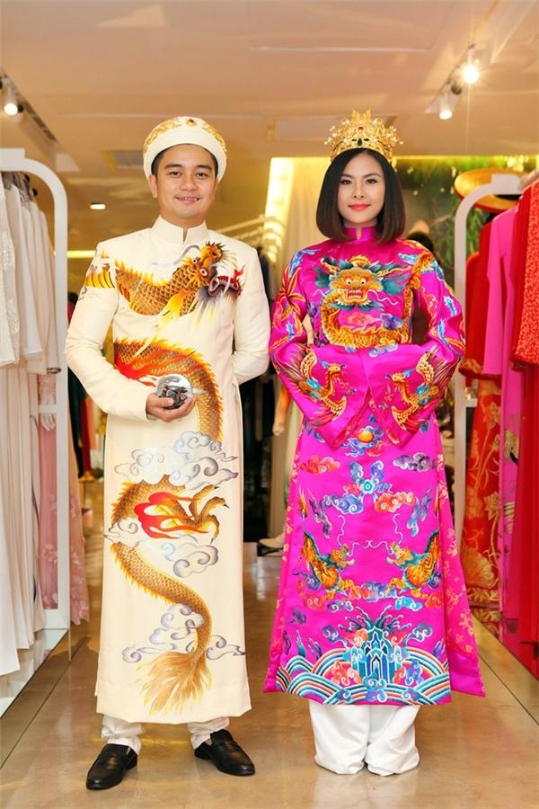 Mới đây, Vân Trang chính thức công bố 3 bộ áo dài cưới mà cô sẽ diện trong tiệc cưới vào ngày 9/1 tới đây. Trong đó, thiết kế lấy ý tưởng từ nét đẹp cung đình gây ấn tượng khá mạnh mẽ với tông hồng cánh sen cùng những họa tiết thêu tay rồng phượng.