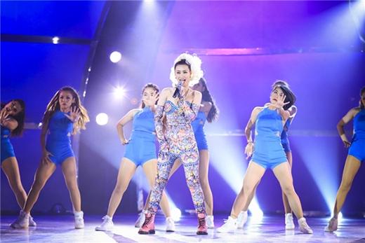 Đông Nhi từng biểu diễn ca khúc này trong đêm công bố kết quả của liveshow 8 Thử thách cùng bước nhảy. Vũ đạo chuyên nghiệp và lôi cuốn, cộng thêm trang phục được thiết kế sặc sỡ với mái tóc trắng ấn tượng, chắc chắn các fan của Đông Nhi đang rất háo hức chờ đợi màn trình diễn độc đáo này trên sân khấu của Yan Vpop 20 Awards 2015.  - Tin sao Viet - Tin tuc sao Viet - Scandal sao Viet - Tin tuc cua Sao - Tin cua Sao