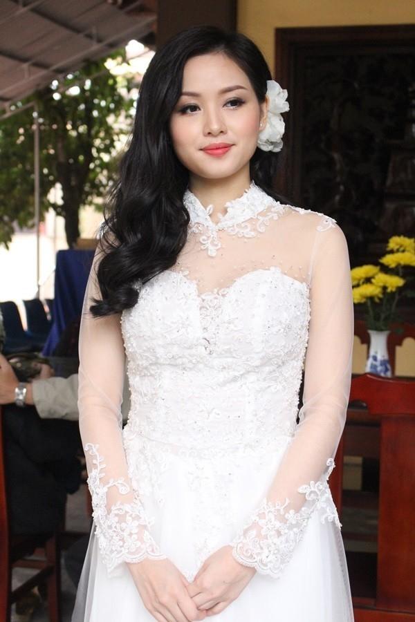 Đầu năm 2015, Tâm Tít cũng chính thức lên xe hoa về nhà chồng. Trong buổi lễ ra mắt họ hàng, cô dâu diện bộ áo dài trắng khá gợi cảm bằng voan, ren, lụa.