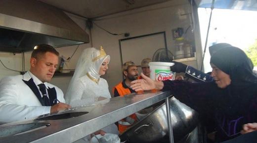 Fethullah Uzumcuoglu và Esra Polat, một cặp đôi mới cưới tại Thổ Nhĩ Kỳ, đã dùng toàn bộ số tiền cưới để phát thức ăn miễn phí cho 4.000 người vô gia cư. (Ảnh: Internet)