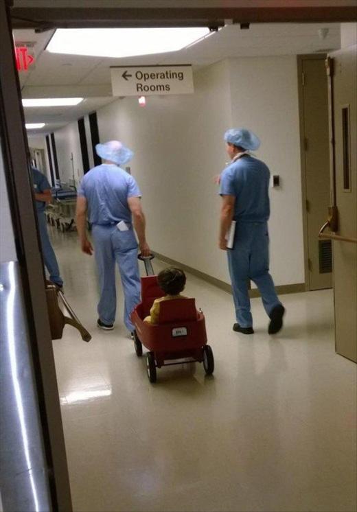 Các nhân viên bệnh viện chơi đùa với trẻ con để giúp các em đỡ sợ trước khi phẫu thuật. (Ảnh: Internet)