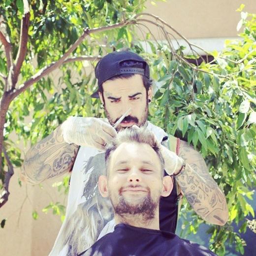 Nasir Sobhani, một thợ cắt tóc 27 tuổi, hàng tuần lại cắt tóc miễn phí một lần cho người vô gia cư. (Ảnh: Internet)