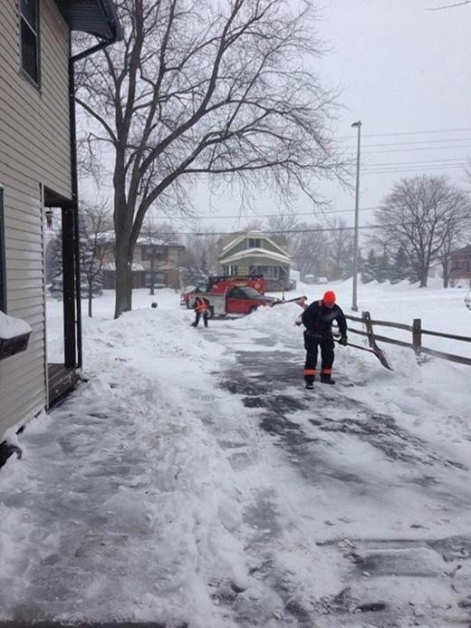 Một cụ già được đưa đến bệnh viện vì kiệt sức sau khi quét dọn tuyết trước nhà. Sau đó, một nhân viên trong bệnh viện đã đến tận nhà ông cụ để dọn cho xong đống tuyết. (Ảnh: Internet)