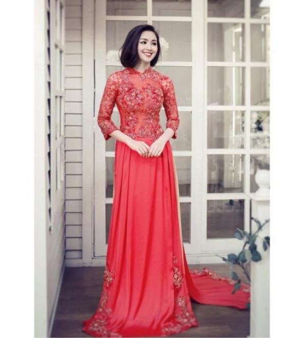 Sắc đỏ nồng nàn, quyến rũ được Tâm Tít lựa chọn trong ngày đãi tiệc bạn bè, họ hàng. Bộ áo dài này cũng có cấu trúc và chất liệu tương tự bộ áo dài trắng.