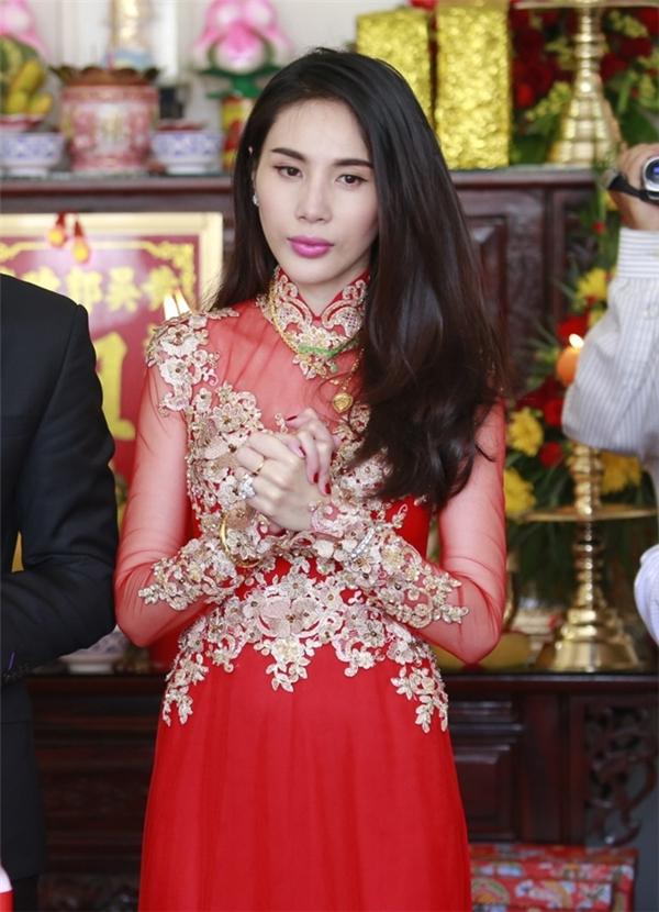 Bộ áo dài đỏ của Thủy Tiên trở nên nổi bật hơn nhờ những chi tiết ren đính kết màu vàng kim. Đám cưới của nữ ca sĩ gần như là sự kiện hot nhất làng giải trí Việt Nam trong năm 2015.