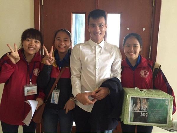Khi ấy, chân sút xứ Nghệ được nhiều fan xin chụp ảnh cùng ngay trong phòng thi.
