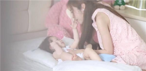 Bất ngờ phát hiện Elly Trần lộ bụng bầu trong clip mừng thôi nôi Cadie - Tin sao Viet - Tin tuc sao Viet - Scandal sao Viet - Tin tuc cua Sao - Tin cua Sao