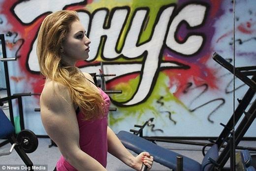 Năm 2014, Julia giành được quán quân tại giải thi đấu cử tạ vô địch thế giới hạng mục 60 cân, kỉ lục cao nhất của cô là nâng cứng 165 cân, nằm đẩy 112,5 cân, ngồi xổm 205 cân. (Nguồn Internet)