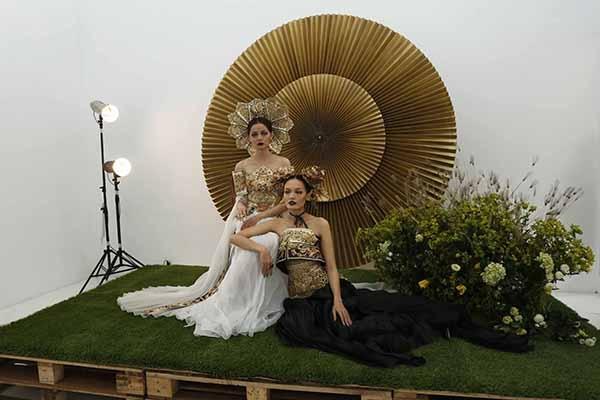 Tại không gian buổi ra mắt, Dzung Yoko đã tái hiện lại buổi chụp bìa cho quyển sách ảnh với sự thể hiện của hai người mẫu Hoàng Oanh và Thanh Thảo trong trang phục của nhà thiết kế Võ Công Khanh. Buổi triễn lãm, ra mắt đã diễn ra trong bầu không khí thân mật, ấm cúng với sự tham dự của những người bạn thân thiết trong nghề của Dzung Yoko. - Tin sao Viet - Tin tuc sao Viet - Scandal sao Viet - Tin tuc cua Sao - Tin cua Sao