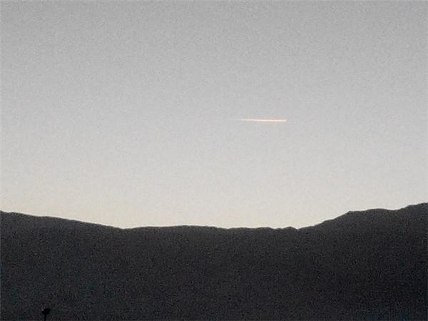 Cũng mới đây, người dânLâm Đồng bấtngờ nhìn thấy một vệt sáng màu vàng lửa xuất hiện khoảng 35-40 giây, kéo dài trên bầu trời. Vệt sáng này xuất hiện vào khoảng 6 giờ sáng và bay rất nhanh về hướng Đông Nam.Ảnh: Internet