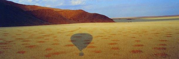Trên bề mặt sa mạc ở Namibia (châu Phi) người ta nhìn thấy vô số các vòng tròn lớn có đường kính từ 3 đến 20m, xuất hiện trải dài hàng nghìn dặm dọc theo vùng biển phía Tây của sa mạc. Ảnh: Internet