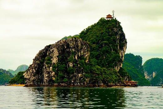 Đảo Ti Tốp có bãi tắm Ti Tốp hình dáng như một vầng trăng ôm trọn lấy chân đảo (Ảnh: Internet)
