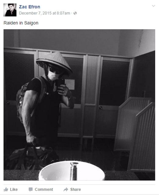 Tấm ảnh Zac đội nón lá chụp trong nhà vệ sinh ở Sài Gòn khiến fan bất ngờ.(Ảnh: Zac Efron)