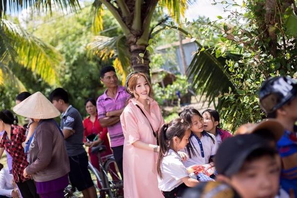 Elly Trần tăng cân hơn trong chuyến đi từ thiện về miền quê. - Tin sao Viet - Tin tuc sao Viet - Scandal sao Viet - Tin tuc cua Sao - Tin cua Sao