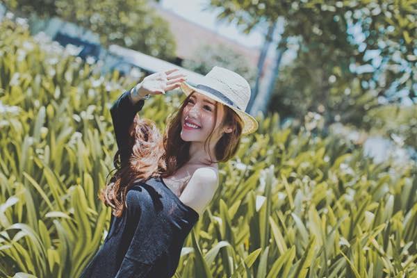 """Chụp ảnh nghệ thuật và khoe sắc dưới nắng ấm, Elly Trần vẫn tiếp tục trung thành với """"áo rộng"""" + """"chụp nửa người"""". - Tin sao Viet - Tin tuc sao Viet - Scandal sao Viet - Tin tuc cua Sao - Tin cua Sao"""