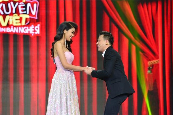 Đáp lại sự chào đón của nam MC, Lan Khuê chỉ biết mỉm cười. - Tin sao Viet - Tin tuc sao Viet - Scandal sao Viet - Tin tuc cua Sao - Tin cua Sao