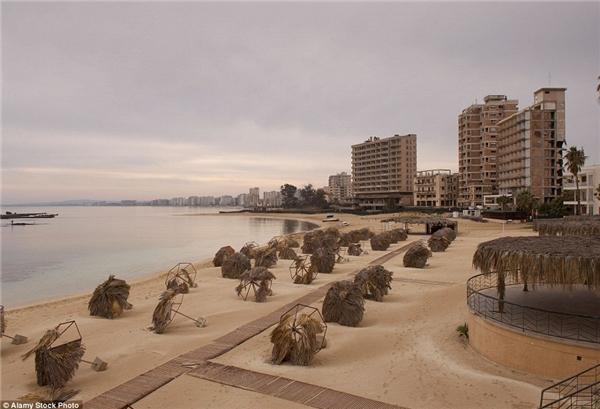Bãi biển Varosha ở Famagusta, Cyprus đã từng là một nơi nghỉ dưỡng nổi tiếng, được các ngôi sao hàng đầu yêu thích như Elizabeth Taylor, Brigitte Bardot, nhưng nay chỉ là một vùng đất chết. Nơi này bắt đầu bị bỏ hoang khi khu nghỉ dưỡng bị quân đội Thổ Nhĩ Kỳ chiếm đóng vào năm 1974. Ngày nay nhìn lại, chúng ta chỉ còn thấy hàng rào trơ trọi bao quanh nơi đã từng được coi là một thiên đường.(Ảnh: Internet)
