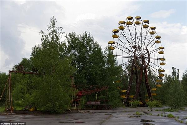 Lạnh lẽo và đáng sợ nhất thế giới chỉ có thể là thành phố chết Chernobyl – một thành phố phồn vinh bị nhiễm phóng xạ. Những chiếc ô tô rỉ sét nằm la liệt trên đường phố, đồ chơi trẻ em còn vương vãi trong trường mẫu giáo… như nuối tiếc về một thời huy hoàng.(Ảnh: Internet)