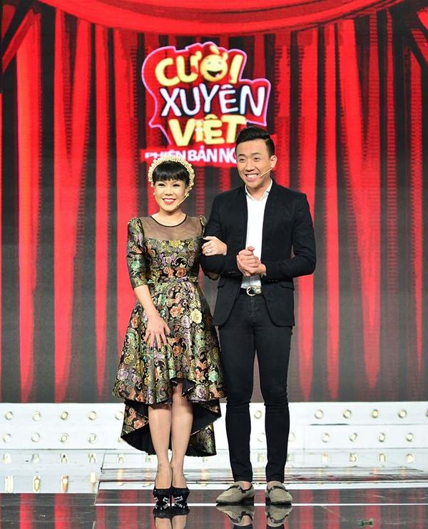 Cũng như các đêm thi trước, trong phần MC giới thiệu ban giám khảo, Trấn Thành xuất hiện cùng với nghệ sĩ Việt Hương. - Tin sao Viet - Tin tuc sao Viet - Scandal sao Viet - Tin tuc cua Sao - Tin cua Sao