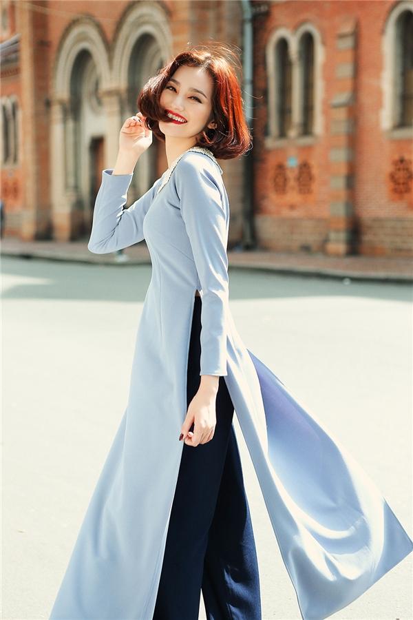 Trong tà áo thiên thanh gam màu xanh chủ đạo Trúc Diễmtoát lên vẻ đẹp cổ điển, sang trọng và quý phái.
