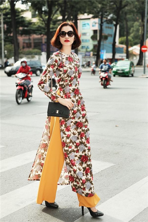 Các nhà thiết kế đã dựa trên hình ảnh những thiếu nữ thành thị xinh đẹp của những năm 1970 là nguồn cảm hứng sáng tạo ra bộ sưu tập đón xuân 2016. Với vẻ đẹp hiện đại của mình, Trúc Diễm trông thật ấn tượng trong trang phục áo dài phong cách cổ điển.