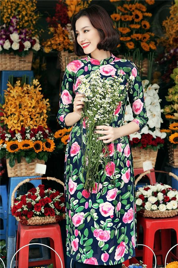 Hai mĩ nhân Việt khiến bao người ngẩn ngơ trong tà áo dài vintage họa tiết hoa hồng của nhà thiết kế Tú Ngô và Nguyễn Minh Phúc.