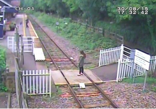 Có không ít người nảy ra sở thích kì quặc là nhảy xuống đường ray tại nhà ga xe lửa Matlock Bath ở Anh để tạo dáng. (Ảnh: Internet)