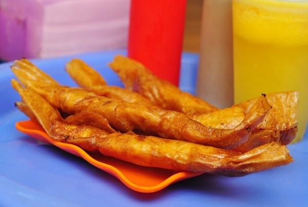"""Phố Hàng Tre: Bánh tráng nướng, bánh tráng trộn là món ăn đặc trưng của Sài thành nhưng từ khi du nhập ra Hà Nội thì nhanh chóng được giới trẻ Thủ đô đón nhận. Có thể nói, con phố Hàng Tre là tụ điểm được nhiều giới trẻ """"sành ăn"""" nhất đánh giá là có hương vị bánh tráng vô cùng giống với Sài Gòn. Ngoài bánh tráng trộn, bánh tráng nướng, quán còn phục vụ bánh tráng chiên, bánh khọt, bánh hỏi...(Ảnh: Internet)"""