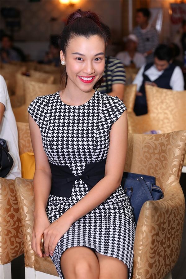 Á hậu Hoàng Oanh rạng rỡ đến chúc mừng Khắc Minh.