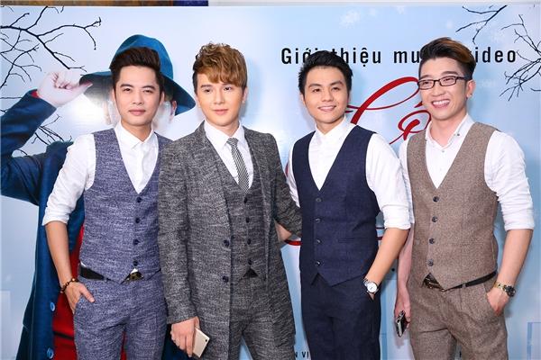 Khắc Minh và các thành viên của nhóm Ayor.