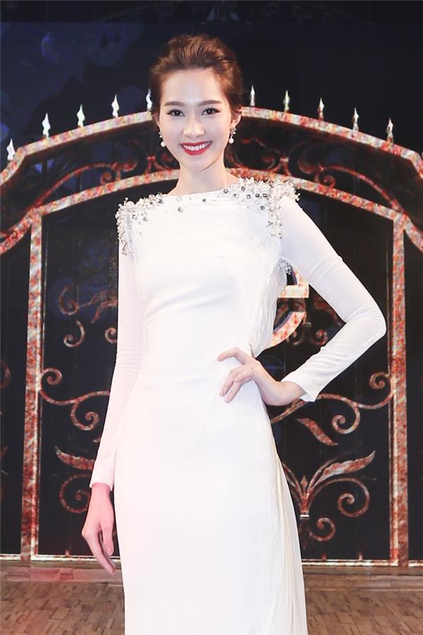 Tham dự đêm tiệc, Đặng Thu Thảo chọn diện bộ đầm trắng đơn giản được tạo điểm nhấn bởi chi tiết đính cườm ở phần cầu vai. Khuôn mặt thanh tú cùng nụ cường rạng ngời của Hoa hậu Việt Nam 2012 giúp cô vô cùng nổi bật trên thảm đỏ.