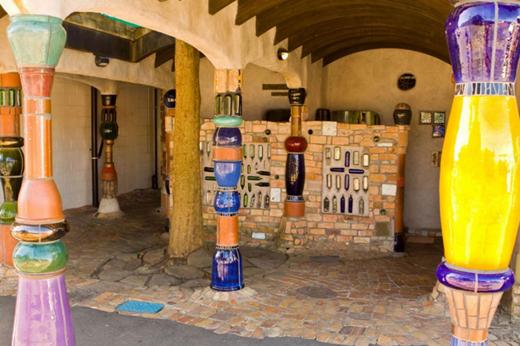 Là anh em cùng cha với nhà vệ sinh nghệ thuật ở Vienna được nêu ở trên, nhà vệ sinh công cộng ở Kawakawa, New Zealand là một tác phẩm của kiến trúc sư Friedensreich Hundertwasser. Tận dụng nguyên liệu tái chế như chai thủy tinh, gạch men vụn và kính màu, nơi này được cho là nhà vệ sinh được lên ảnh nhiều nhất ở New Zealand.(Ảnh: Internet)