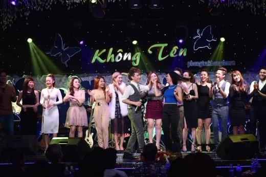 Dìu tay người đẹp nhảy trong điệu nhạc xuân cuối chương trình.